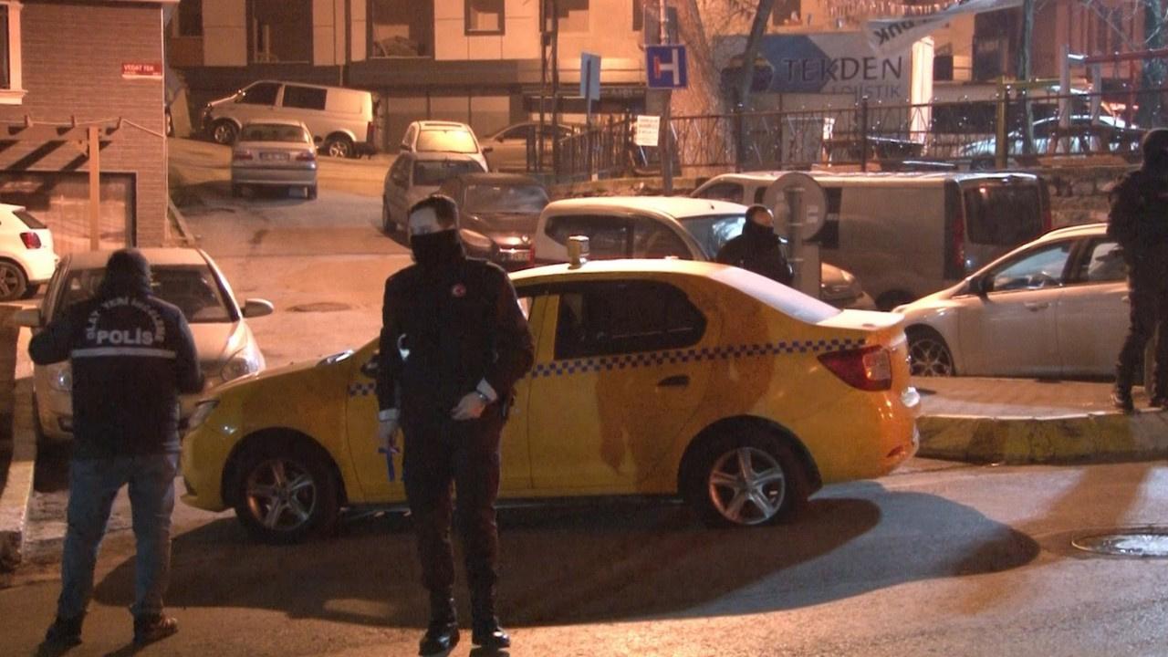 Taksicinin kafasına silah dayadılar!
