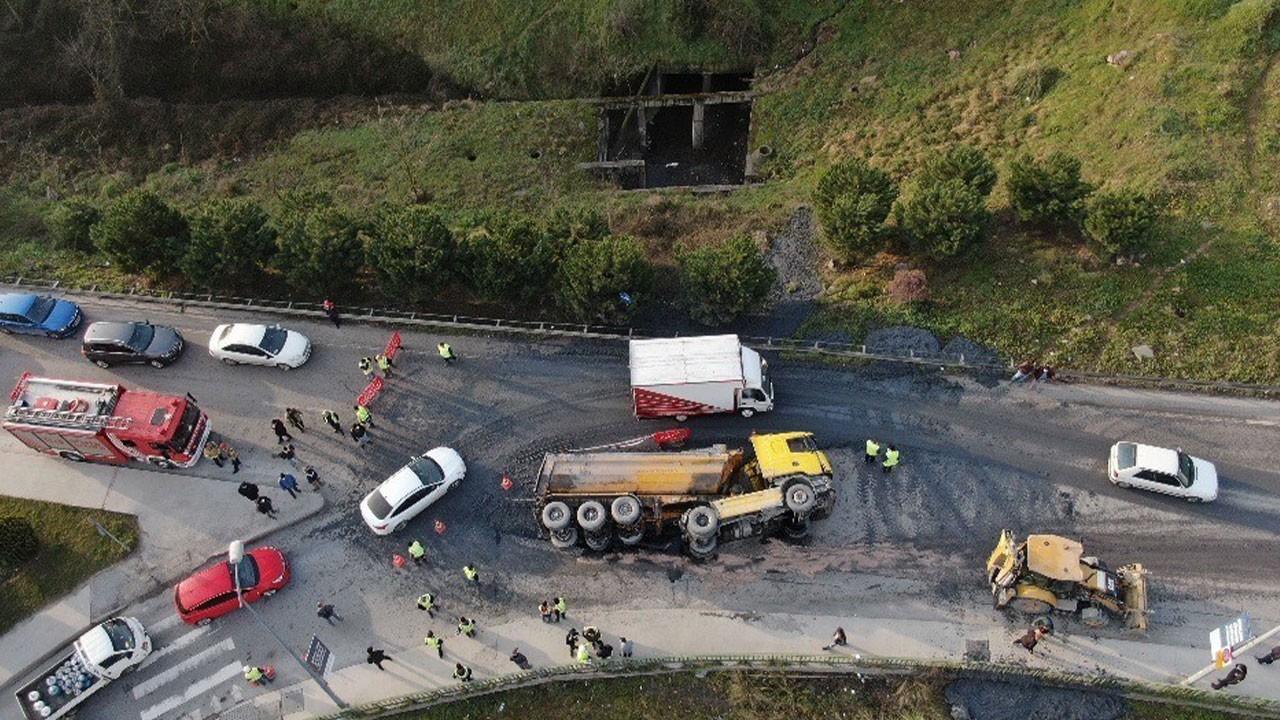 İstanbul'da beton yüklü kamyon devrildi