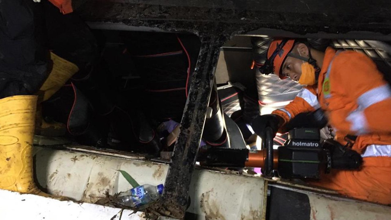 Endonezya'da otobüs vadiye uçtu: 27 ölü
