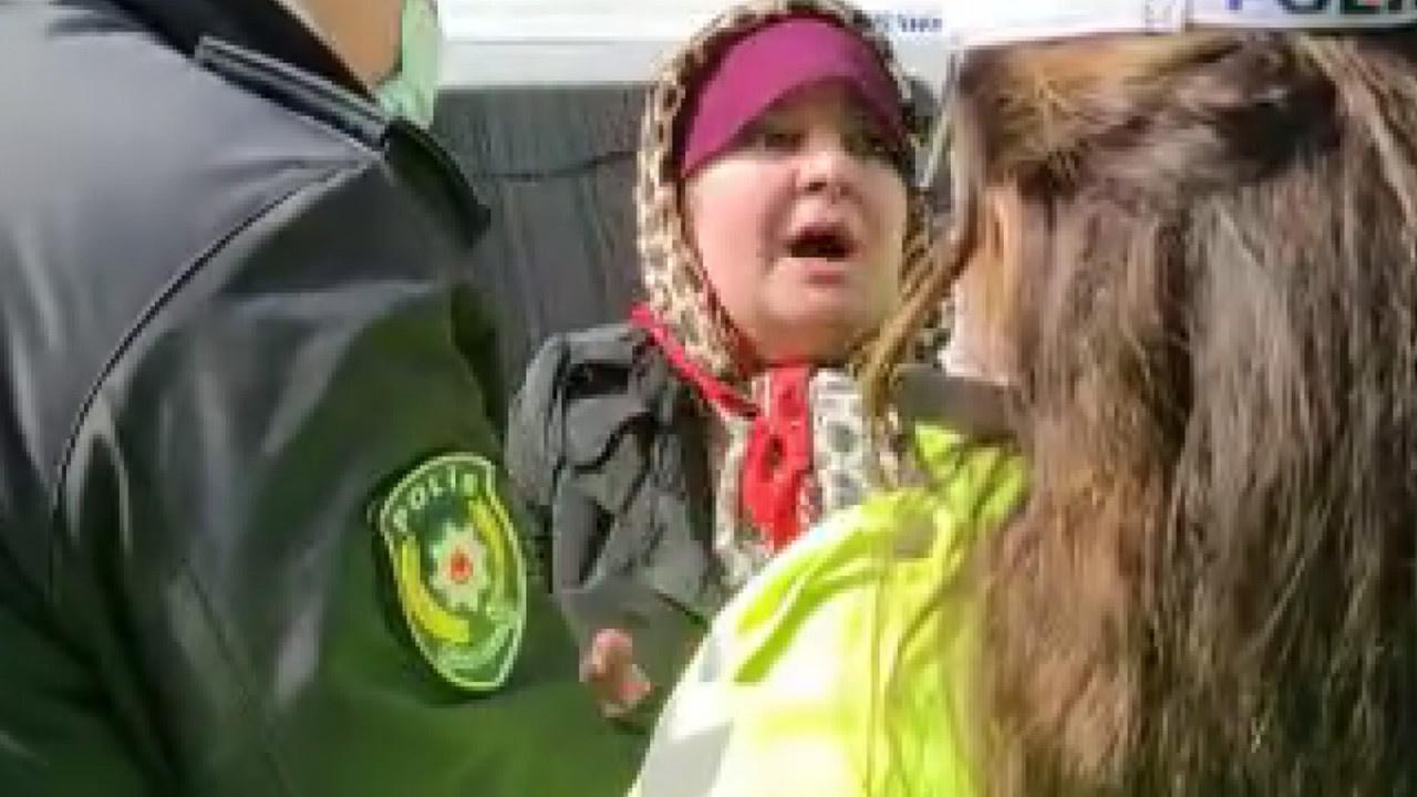 Maske krizi... Anne-kız ortalığı birbirine kattı!