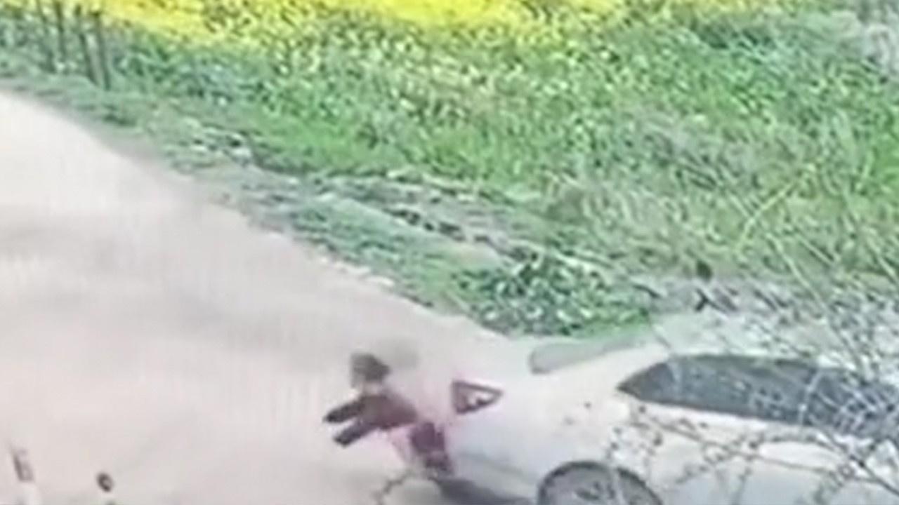 Yaşlı kadını arabanın altında sürükledi