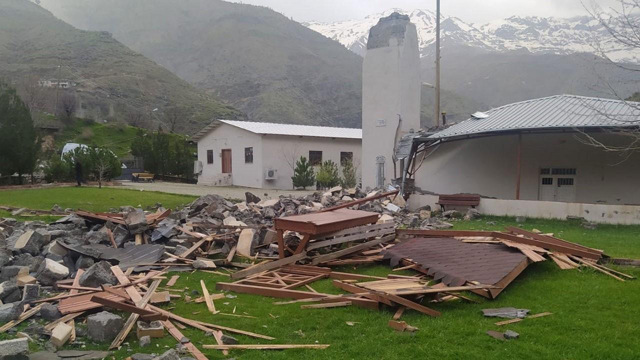 Şiddetli rüzgar caminin minaresini yıktı