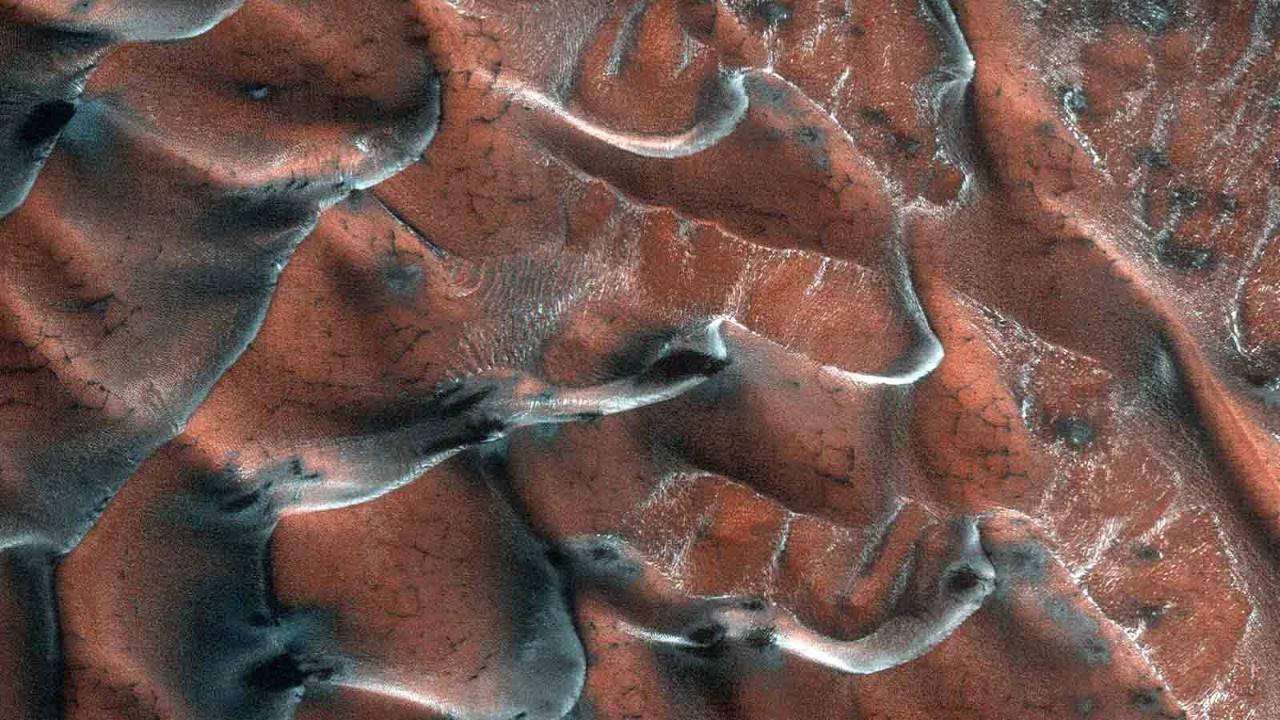 NASA, buzlu kum tepelerinin fotoğrafını yayımladı