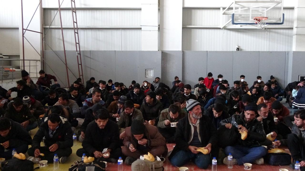 TIR dorsesinde 218 düzensiz göçmen yakalandı