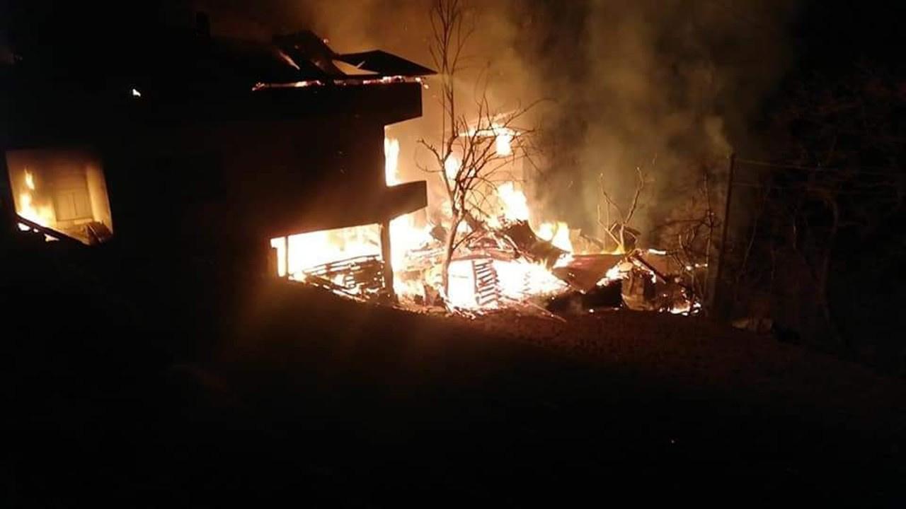 Bir yangın daha.. Bu kez başka bir köy yanıyor