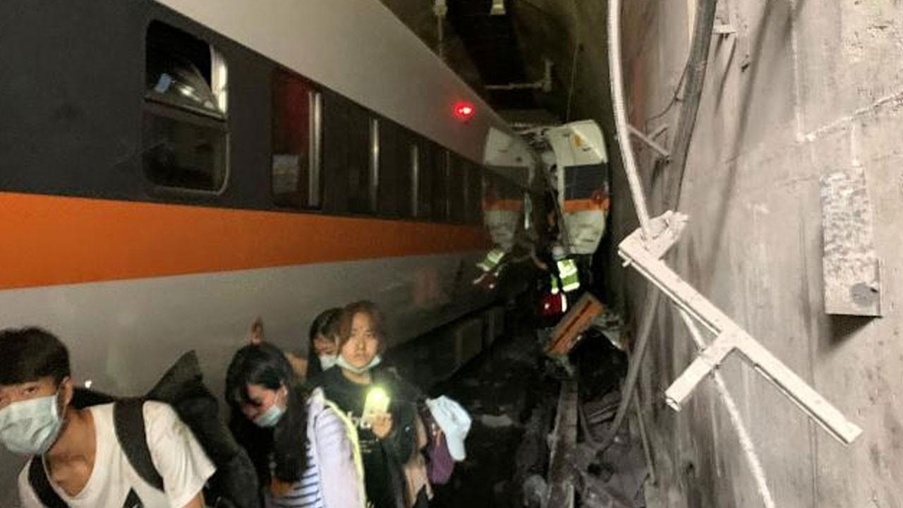 Tren raydan çıktı: 36 ölü