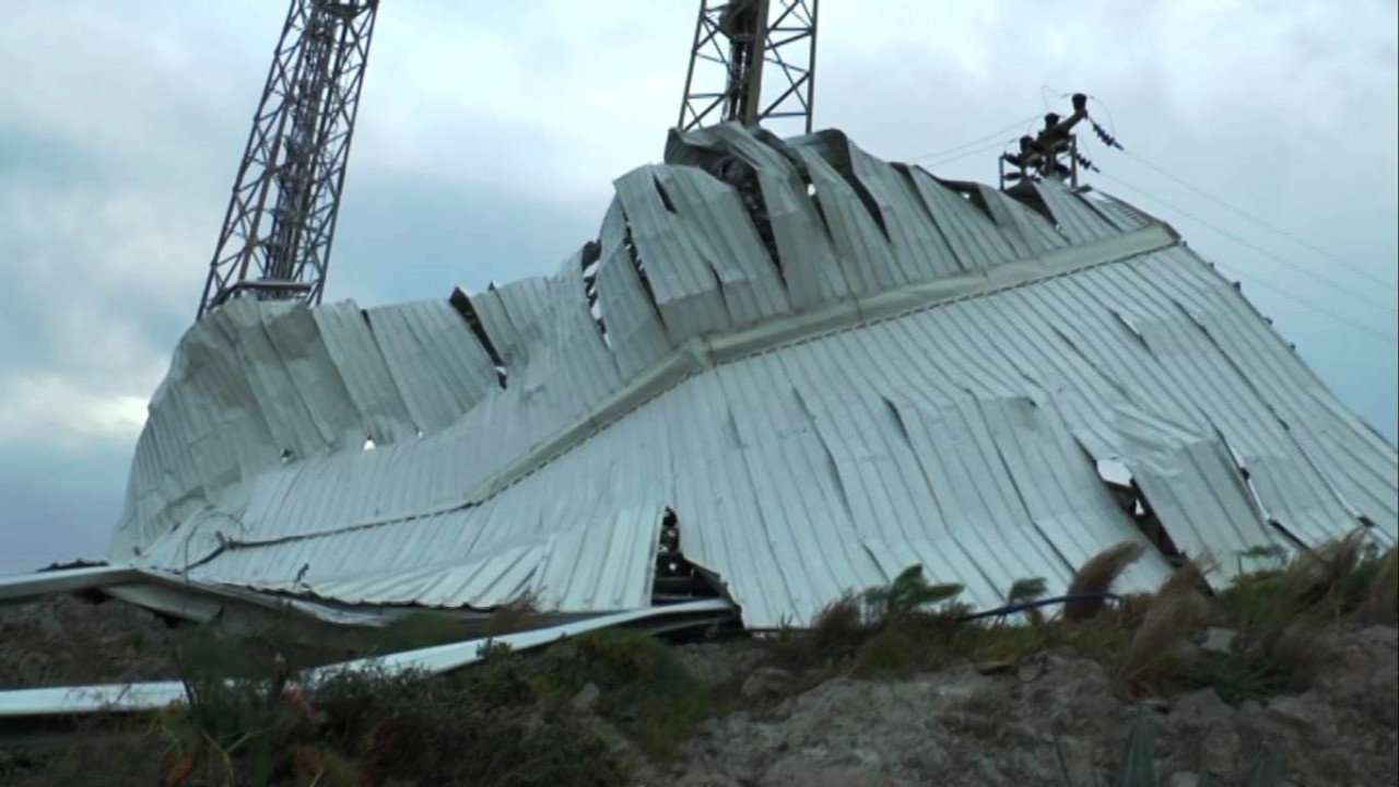 Fırtına otelin tonlarca ağırlıkta çatısını uçurdu