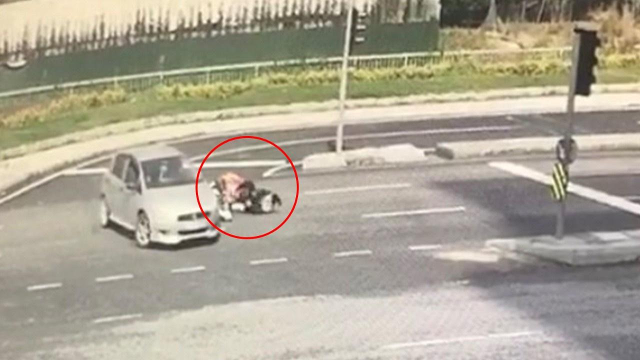 Motosikletli kadın kurye takla attı