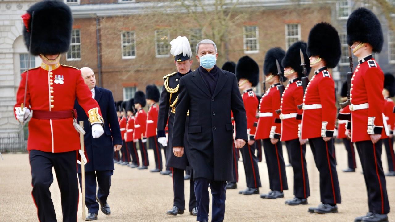 Milli Savunma Bakanı Akar İngiltere'de