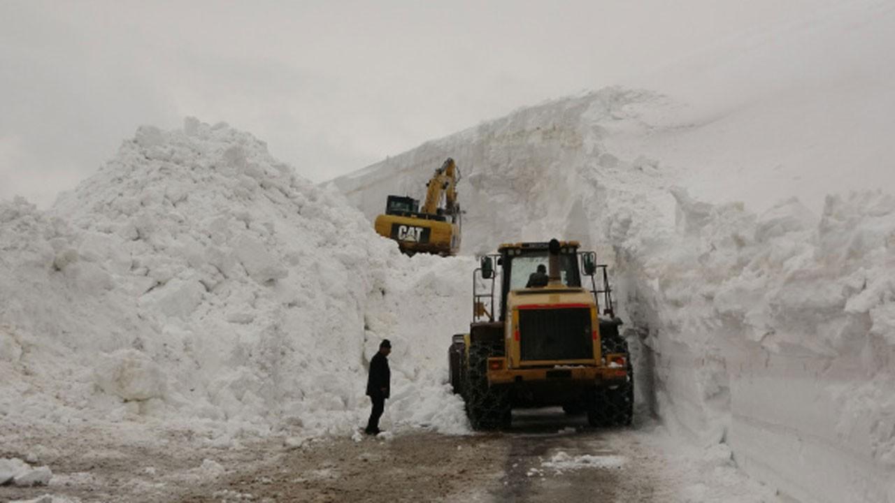 Nisan ayında 20 metrelik karla savaşıyorlar