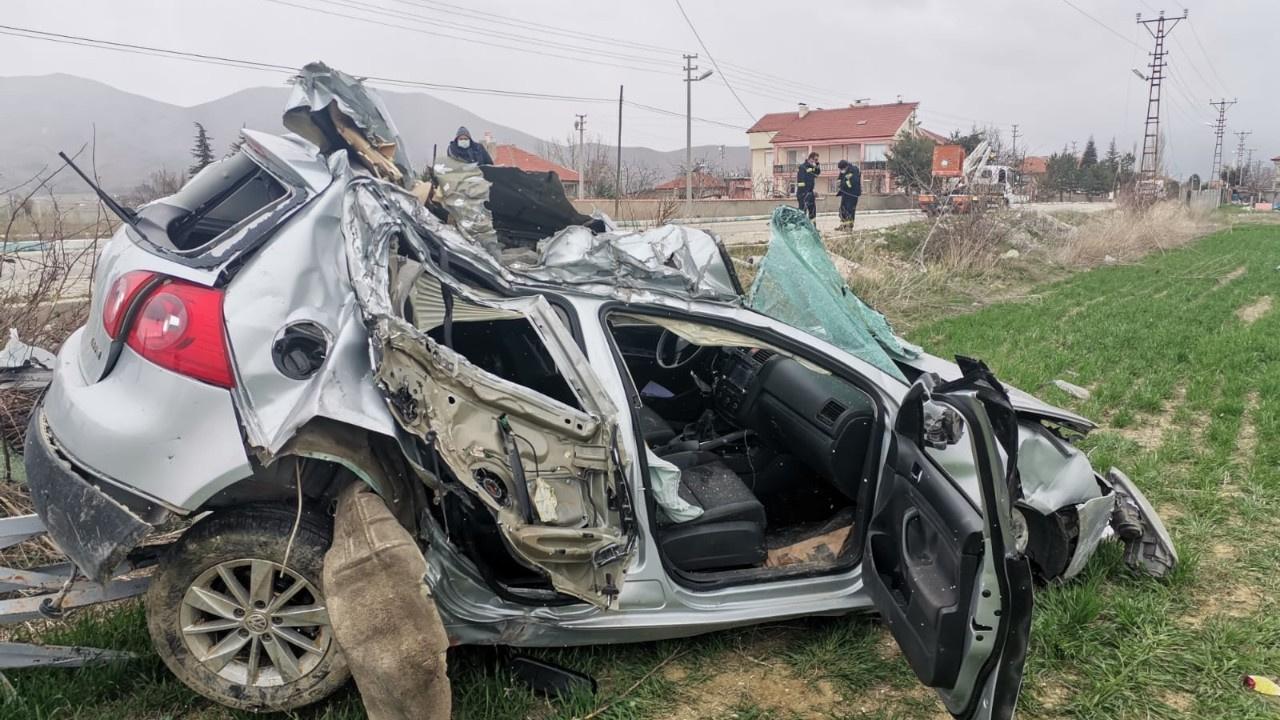 Elektrik direğine çarpan aracın sürücüsü öldü