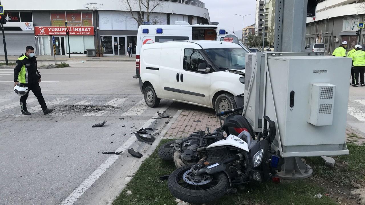 Motosikletli polis ticari araçla çarpıştı