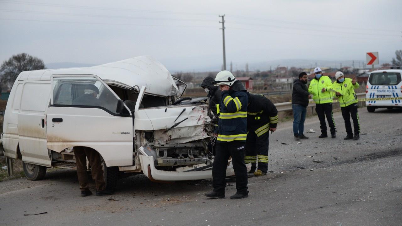 Minibüs ile kamyonet çarpıştı: Çok sayıda yaralı
