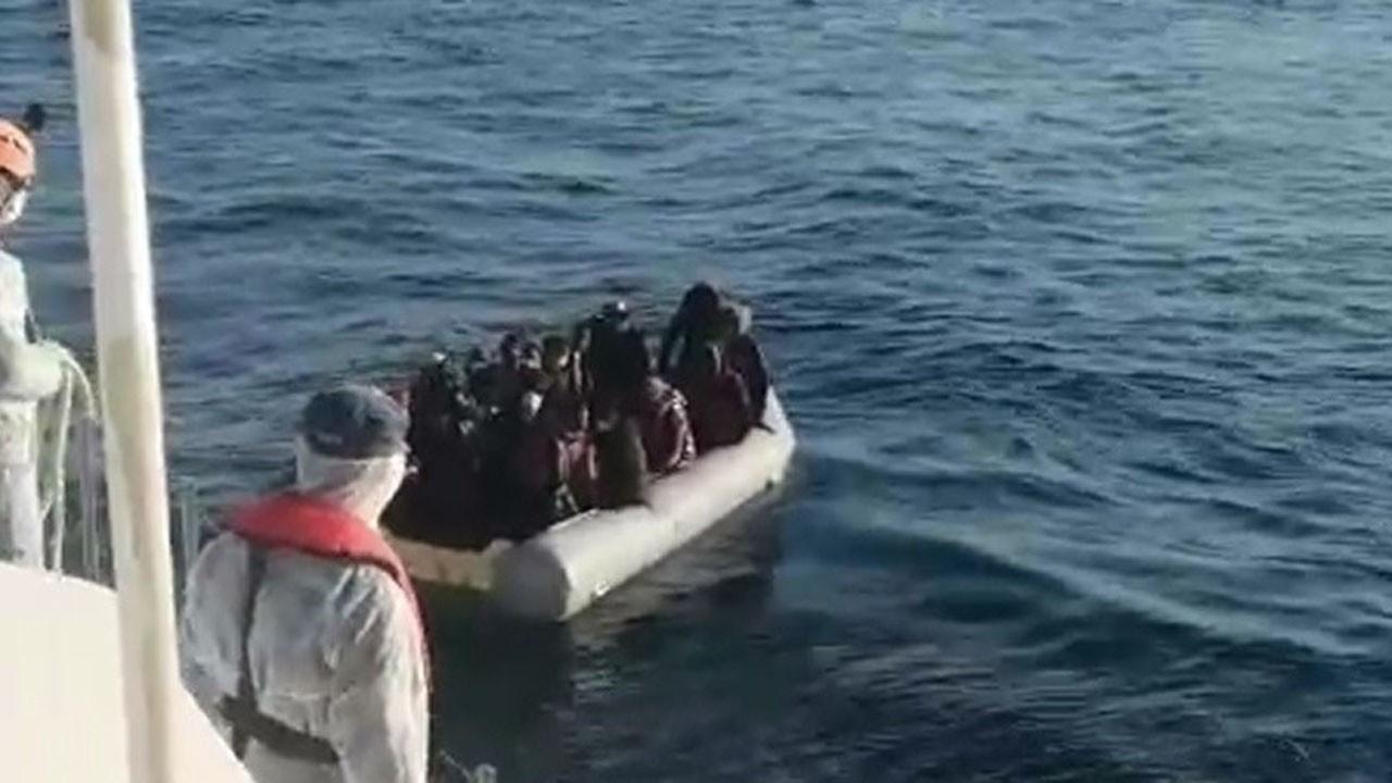 Çeşme açıklarında lastik botta 67 göçmen...