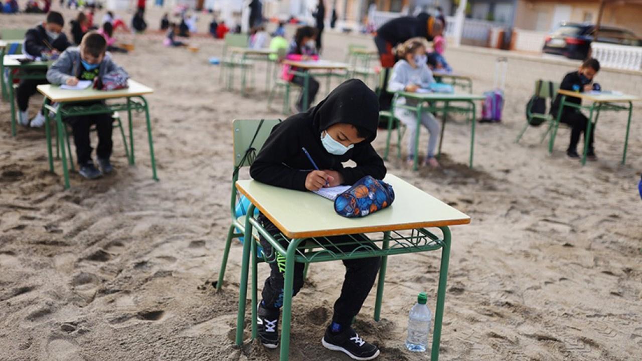 İspanya'da öğrenciler plajda ders yaptı