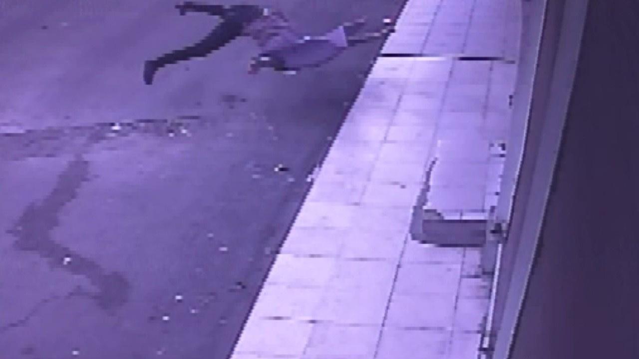 Evin balkonundan yere böyle düştü!