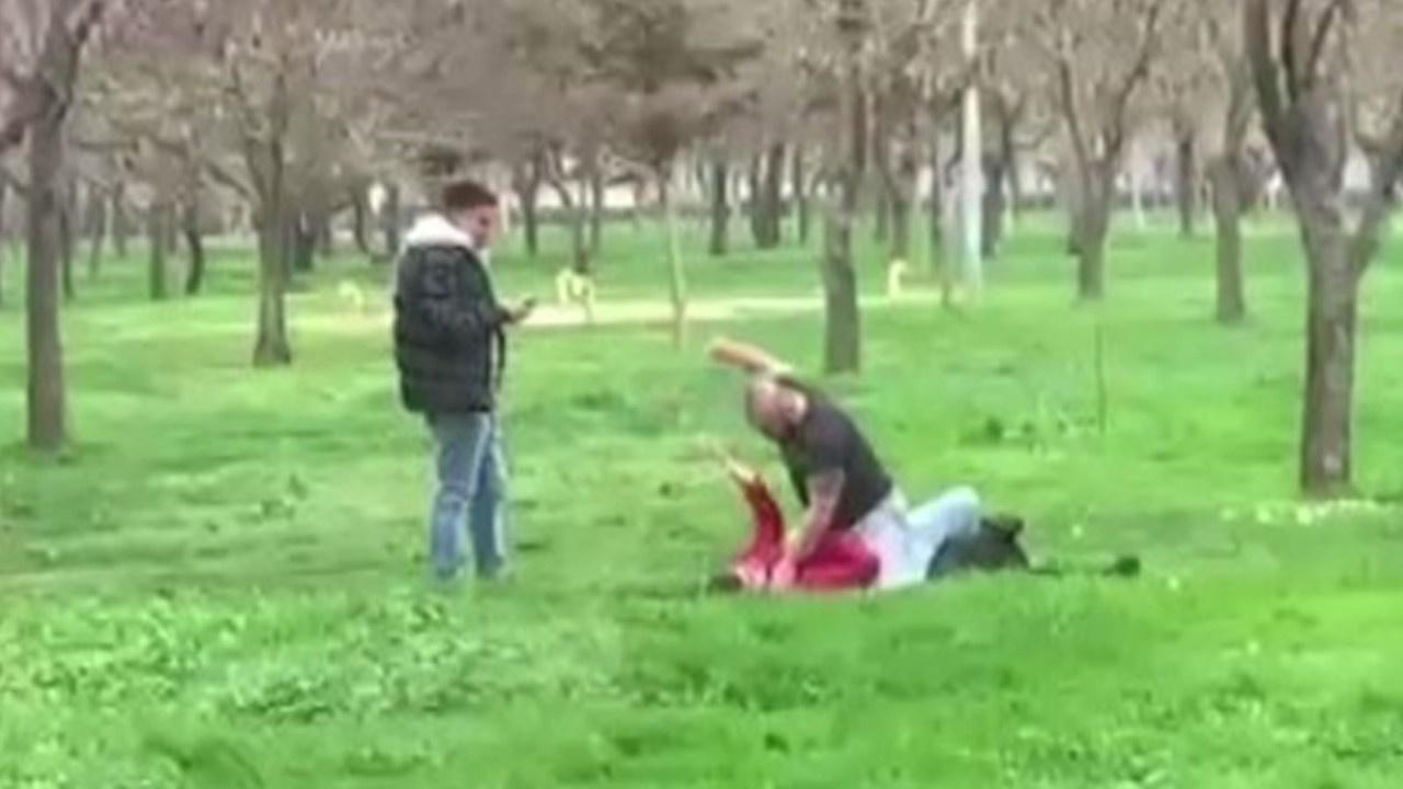 Kız arkadaşını yere yatırarak yumrukladı!