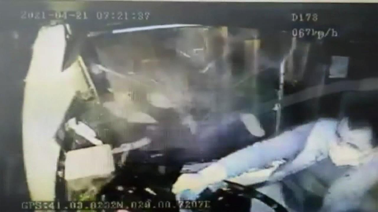 Çift katlı İETT otobüsünün kaza yaptığı anlar