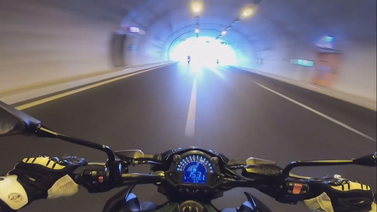 Motosikletlilerden otoyolda tehlikeli hareketler