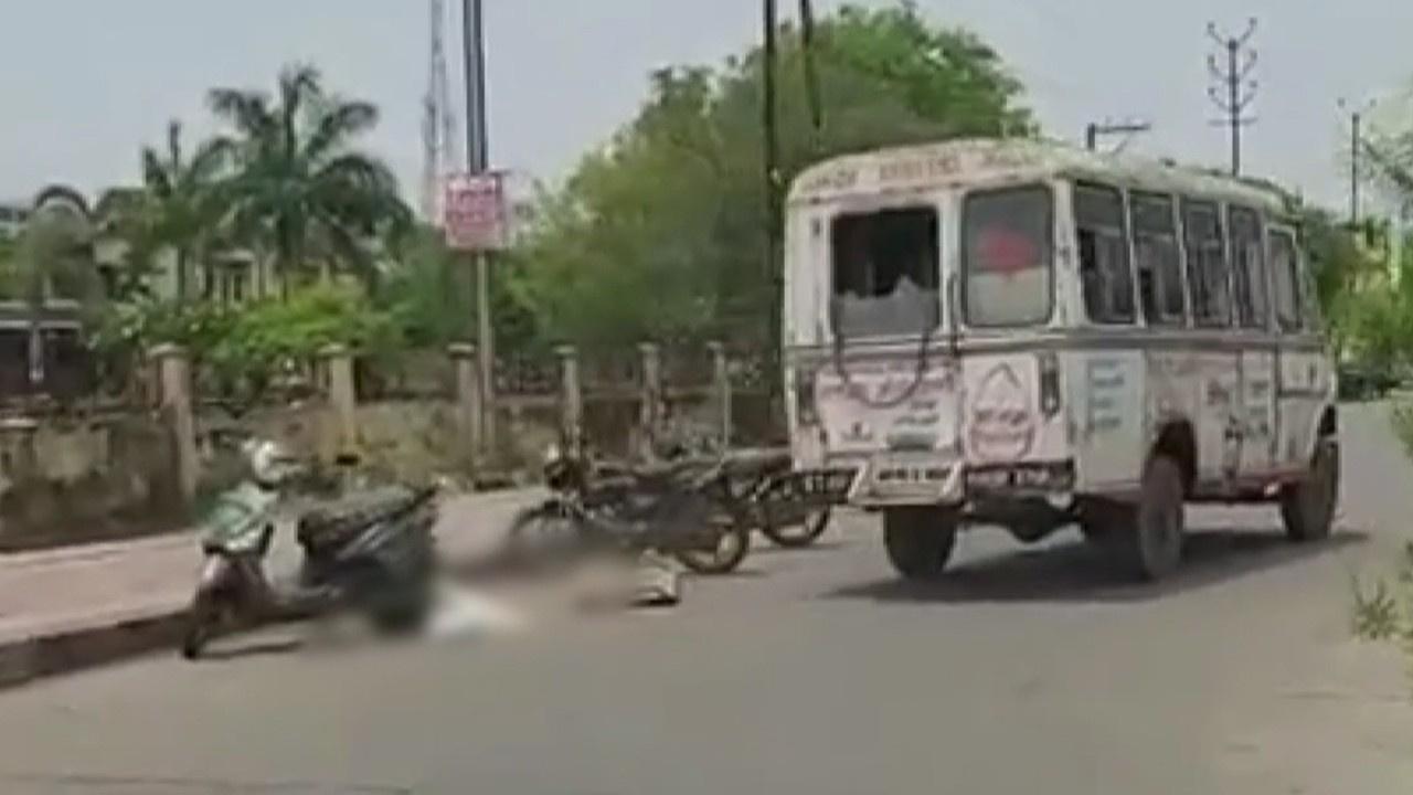 Korkutan görüntü! Ceset ambulanstan düştü!