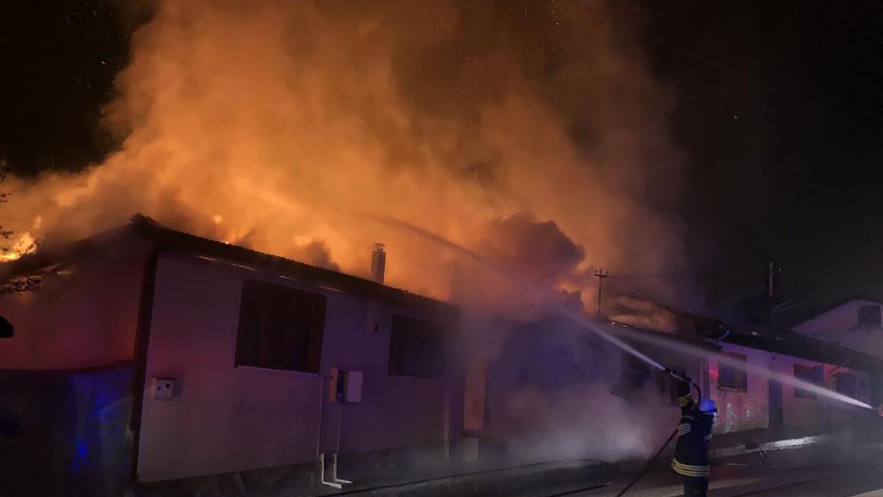 Yan yana 4 ev alev alev yandı