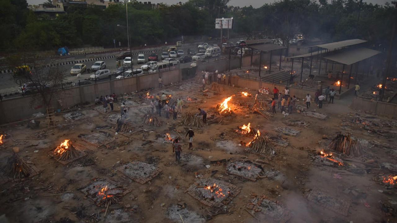Koronadan ölenler boş arazilerde yakılıyor!