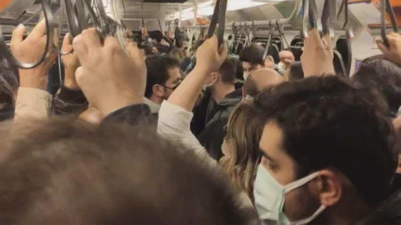 Metro hattında arıza... Sosyal mesafe unutuldu!
