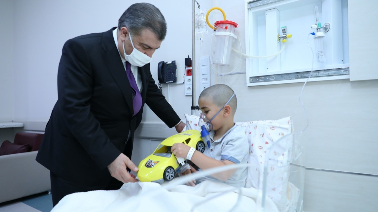 Sağlık Bakanı Koca, hasta çocukları ziyaret etti