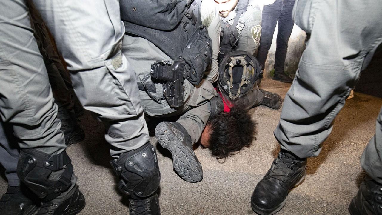 İsrail polisinden Filistinli gence acımasız gözalt