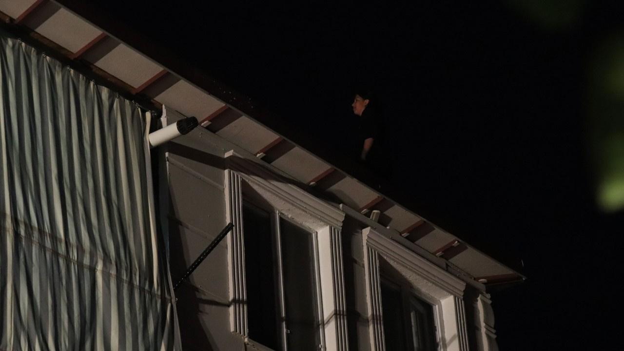 Çatıya çıkan kız yürekleri ağza getirdi