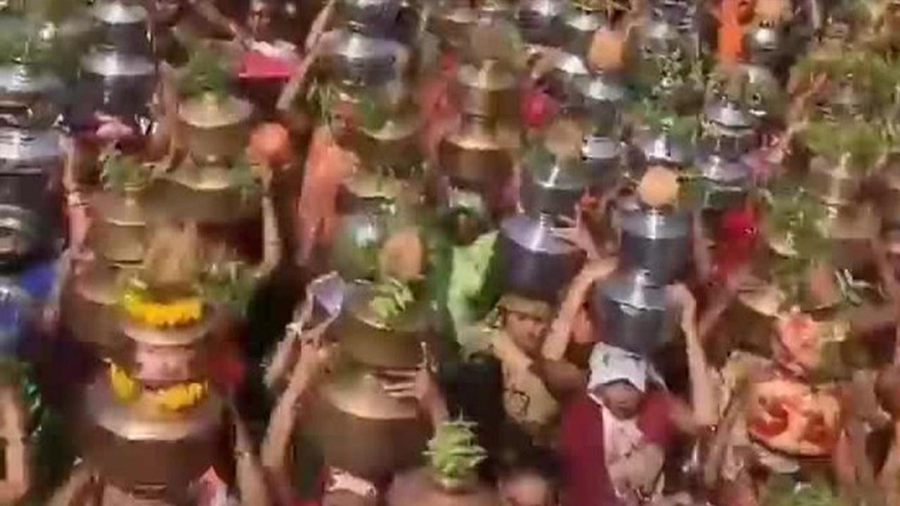 Yüzlerce kadın dini tören için virüsü hiçe saydı