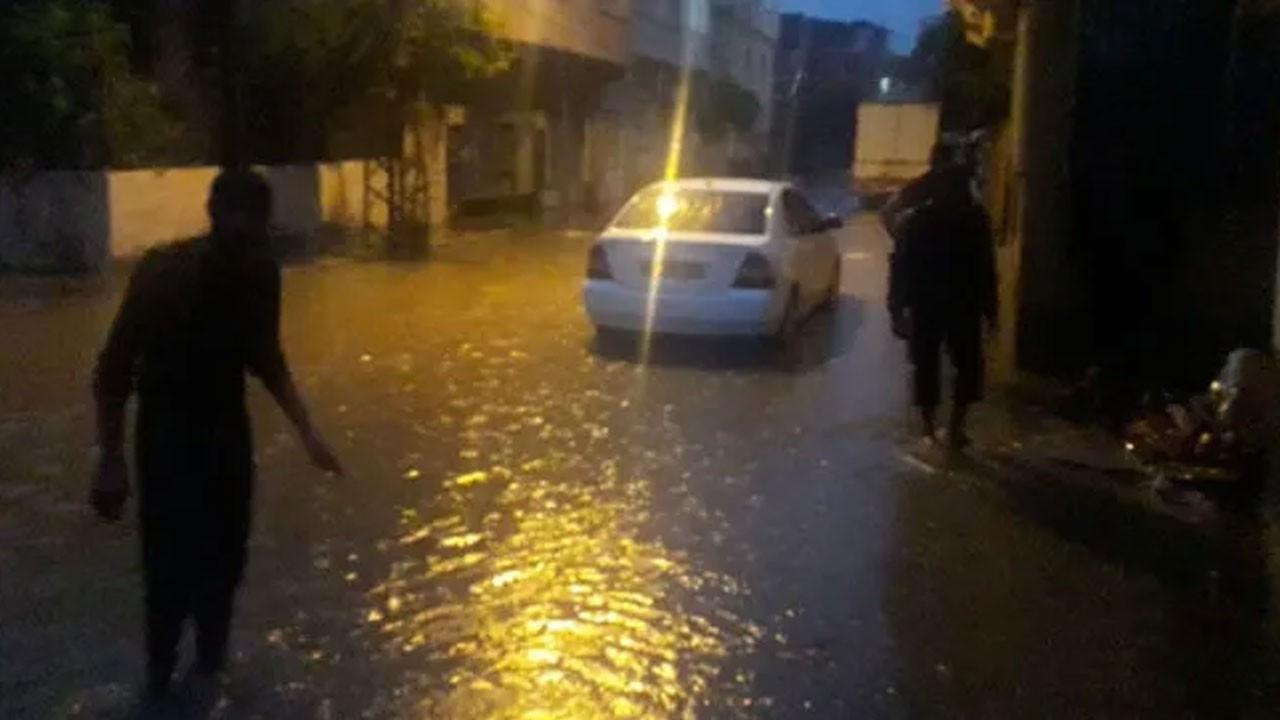 Sağanak kenti fena vurdu! Evleri su bastı