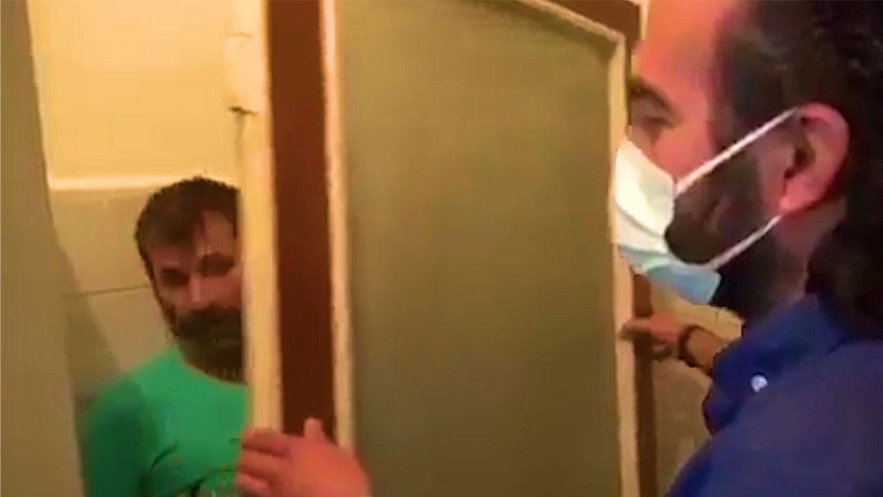 Kumar basınında kapıyı taşıyıp arkasına saklandı!