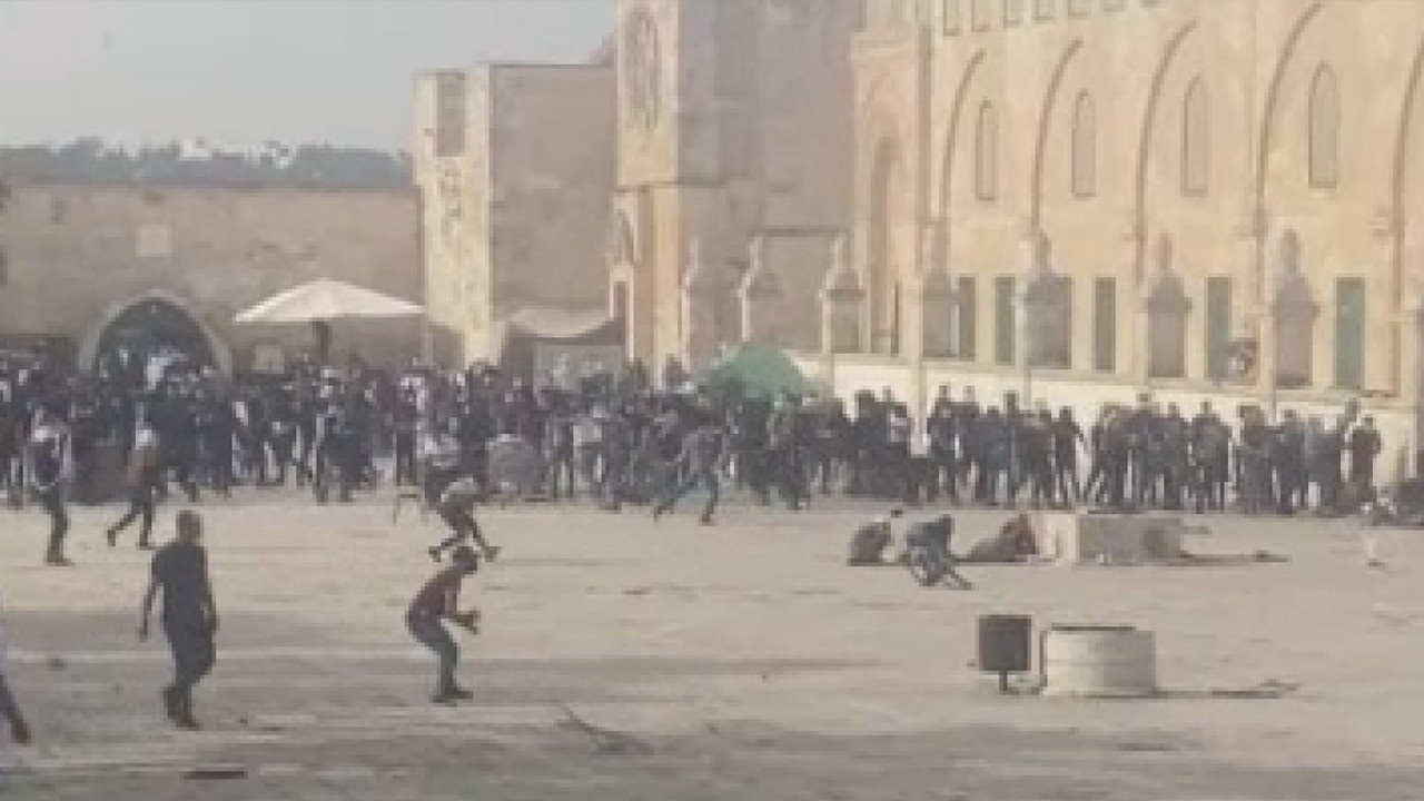 Mescid-i Aksa'da Filistinlilere müdahale etti