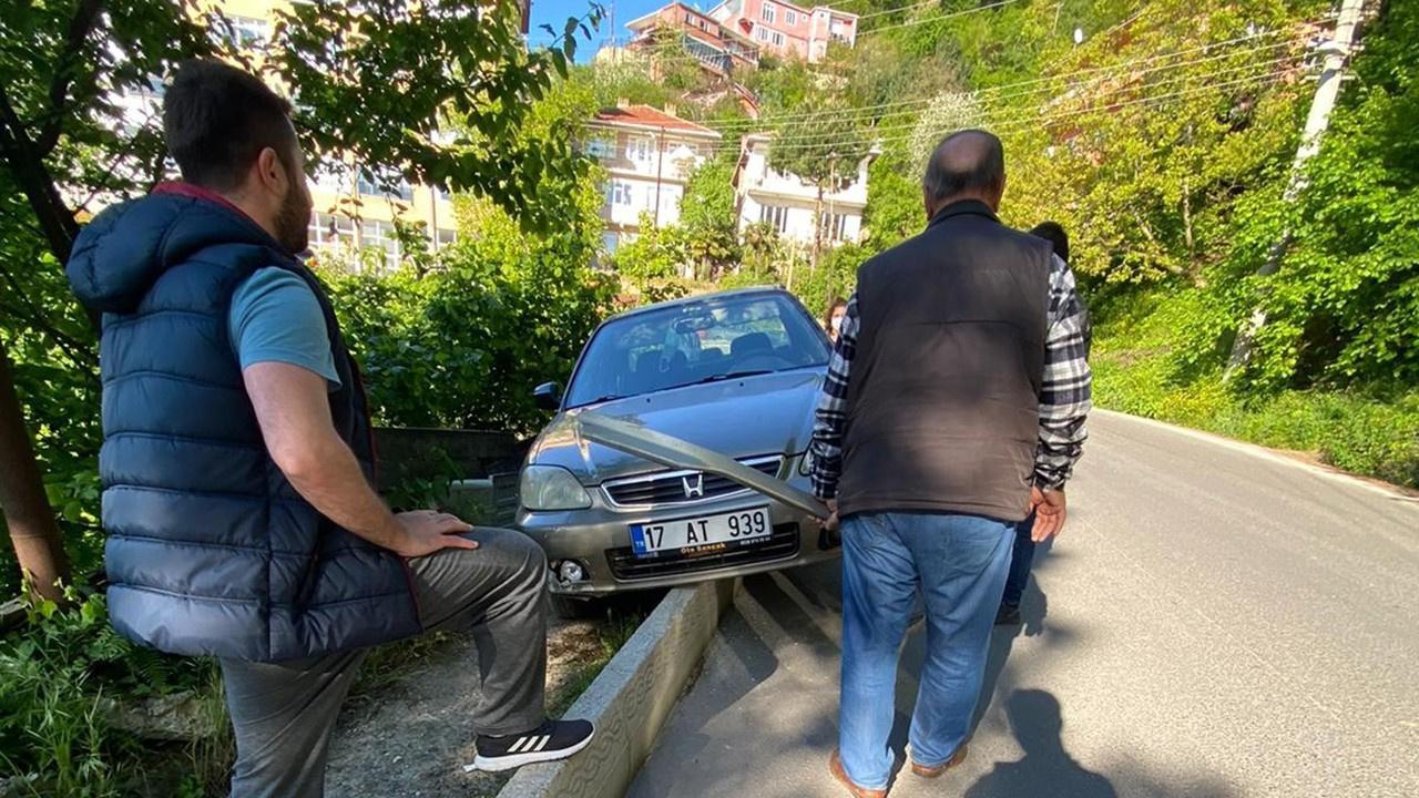 Kaza yapan otomobil kaldırımda asılı kaldı