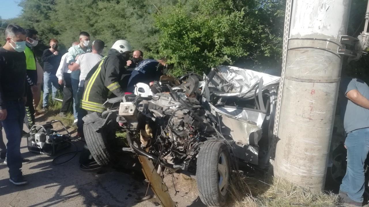 Korkunç kaza: Elektrik direğine çarptı, parçalandı