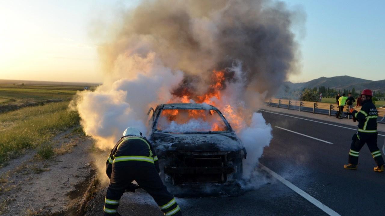 Seyir halindeki otomobil bir anda yandı