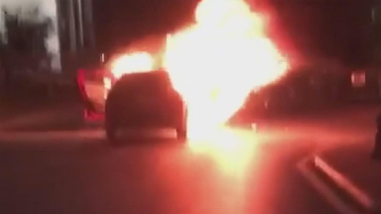 Başkonsolosluk önünde aracını yaktı