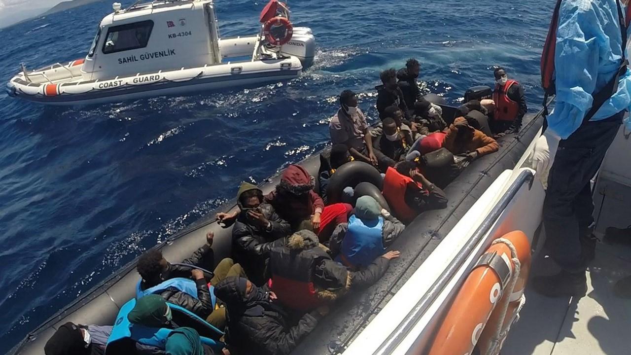 Lastik botta 55 göçmen ölümden kurtarıldı