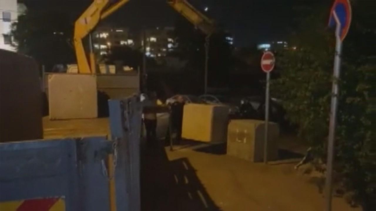 Girişleri engellemek için beton bloklar koydular