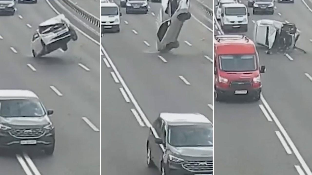 Kopan elektrik tellerine takılan araba takla attı