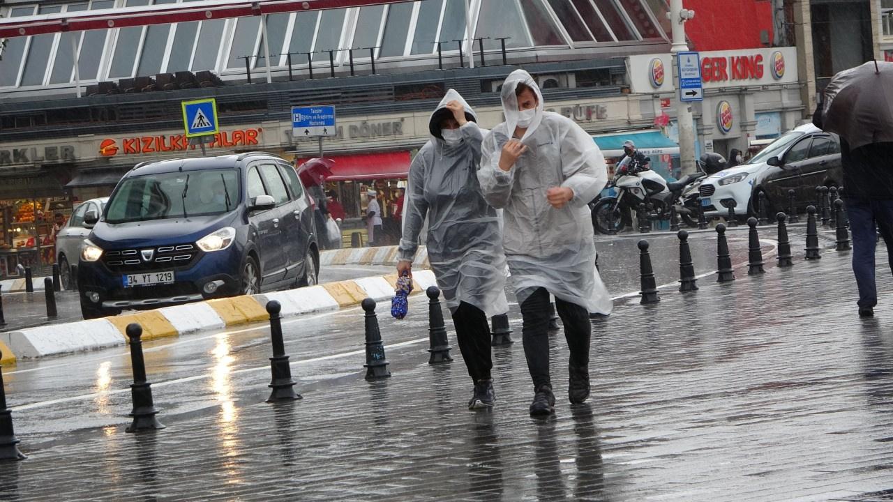 Sağanak ve rüzgâr Taksim'i birbirine kattı