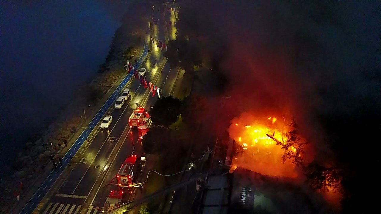 Salacak'ta bir kafe alev alev yandı