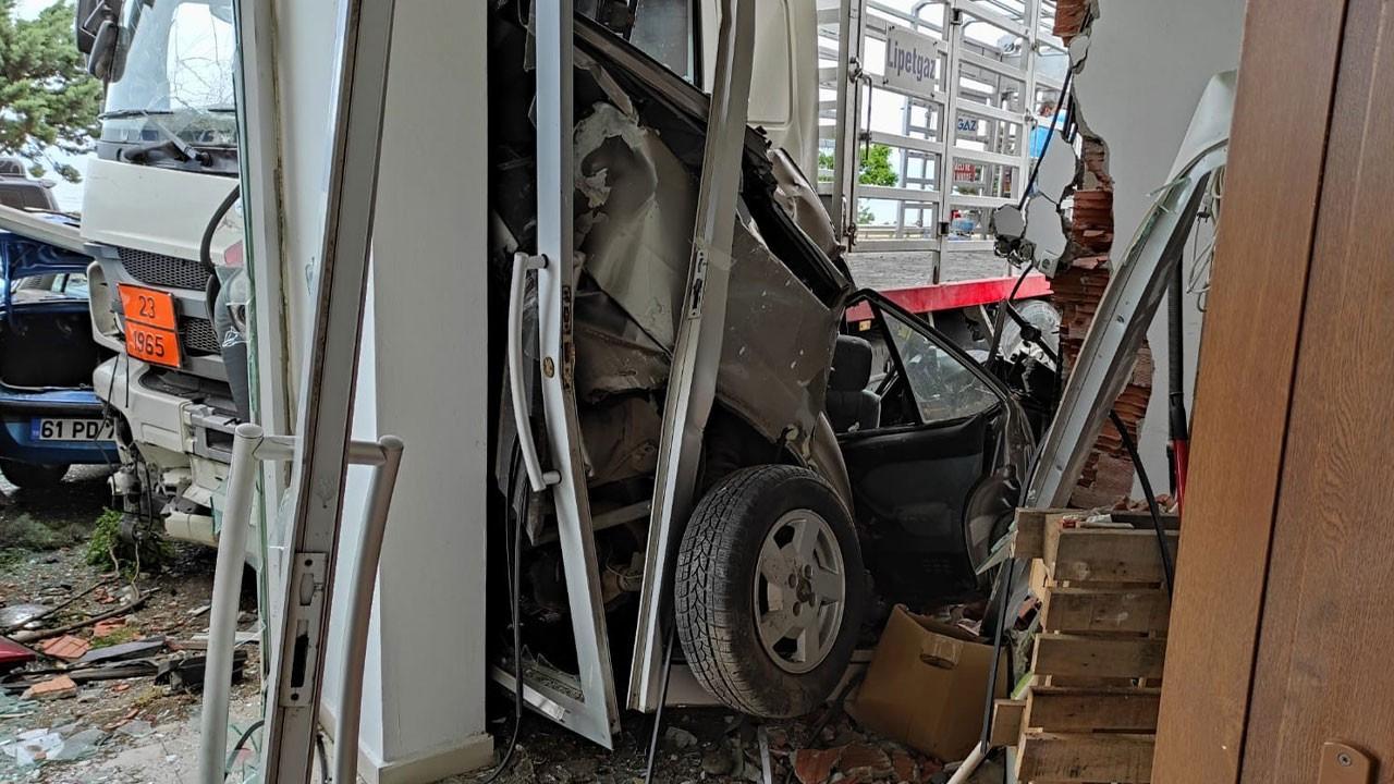 Tüp yüklü kamyon oto galeriye daldı