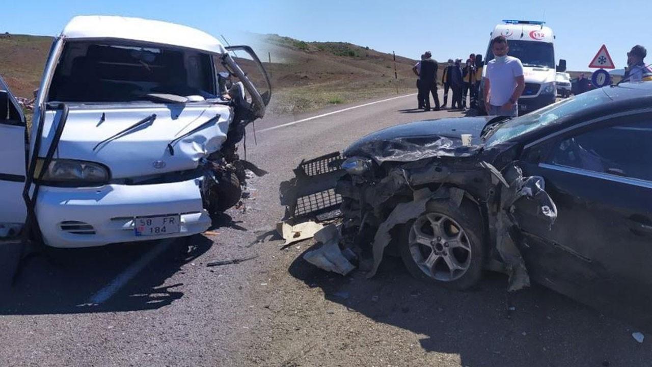 İki araç kafa kafaya çarpıştı: Yaralılar var