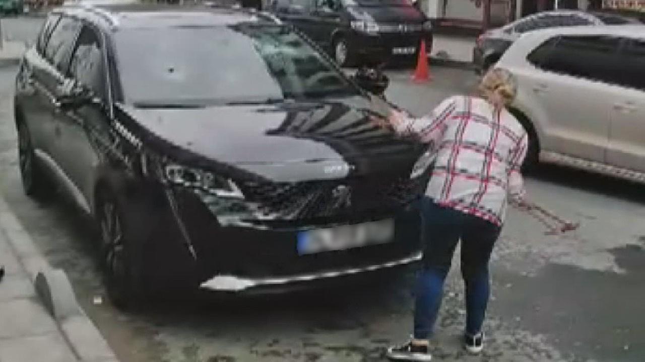 Kocasının cipine çekiçle saldırdı