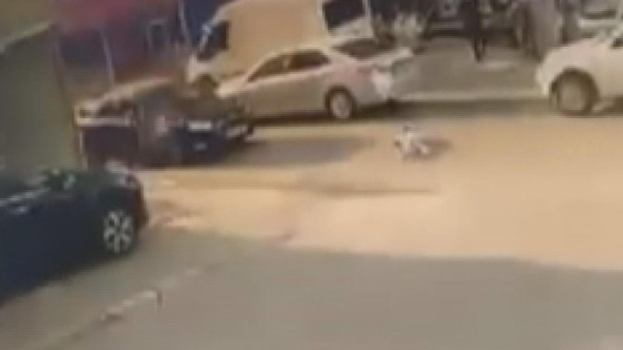 Otomobilin çarptığı iki çocuk yola savruldu
