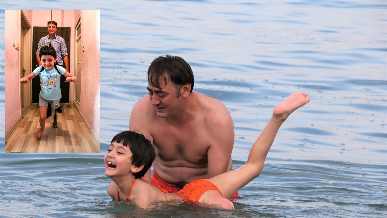 Tek bacağı olmayan kızına şimdi yüzmeyi öğretiyor