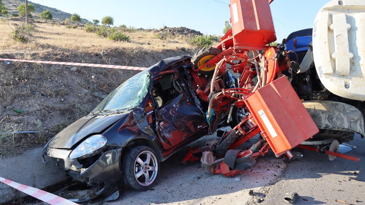 Feci kaza... Traktör otomobili resmen biçti!