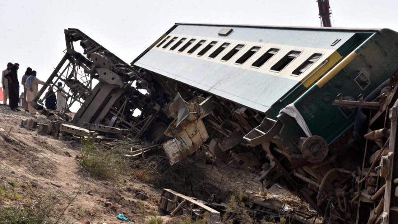 Pakistan'da iki yolcu treni çarpıştı